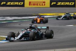 Lewis Hamilton, Mercedes AMG F1 W09, delante de Fernando Alonso, McLaren MCL33, y Valtteri Bottas, Mercedes AMG F1 W09