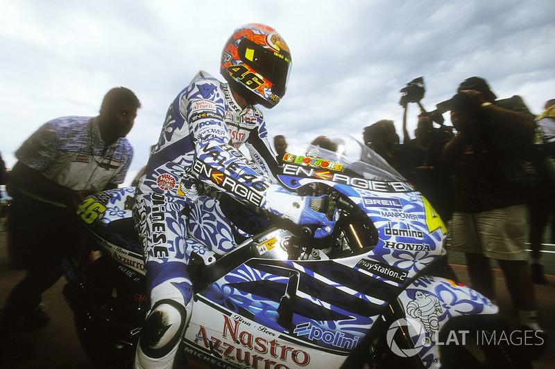 2001 - A primeira mudança de capacete de Rossi na MotoGP foi acompanhada de uma pintura diferente. O amarelo daquele ano deu lugar ao branco e a um azul florido, remetendo à cultura havaiana.