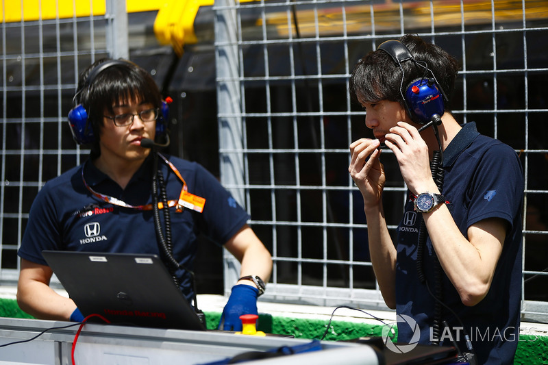 Toro Rosso Honda engineers on the grid