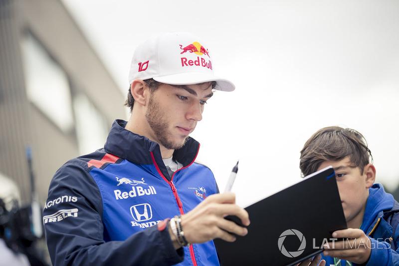 Pierre Gasly, Scuderia Toro Rosso, memberi tanda tangan