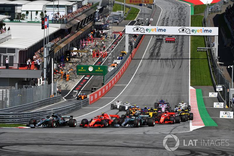 Lewis Hamilton, Mercedes-AMG F1 W09, Valtteri Bottas, Mercedes-AMG F1 W09 et Kimi Raikkonen, Ferrari SF71H en lutte au départ de la course