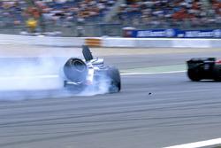 Crash: Kimi Raikkonen, McLaren MP4-20