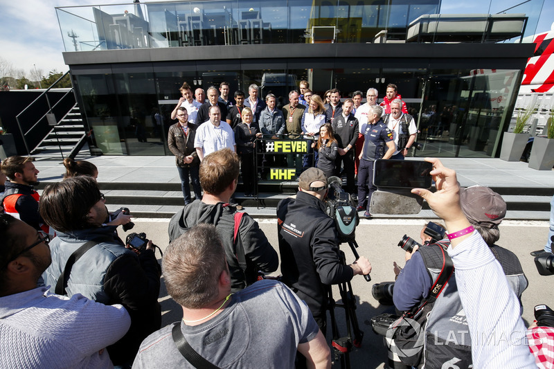 El paddock rinde homenaje al comentarista Henry Hope-Frost después de que falleció trágicamente
