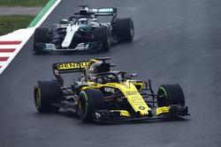 Нико Хюлькенберг, Renault Sport F1 Team RS18, и Валттери Боттас, Mercedes AMG F1 W09