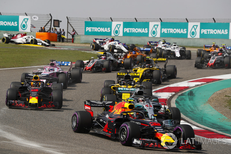 Max Verstappen, Red Bull Racing RB14 Tag Heuer, Lewis Hamilton, Mercedes AMG F1 W09, Daniel Ricciardo, Red Bull Racing RB14 Tag Heuer, Nico Hulkenberg, Renault Sport F1 Team R.S. 18, Sergio Perez, Force India VJM11 Mercedes, and the remainder of the field at the start of the race