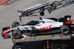 El coche chocado de Romain Grosjean, Haas F1 Team VF-18 es llevado a pits