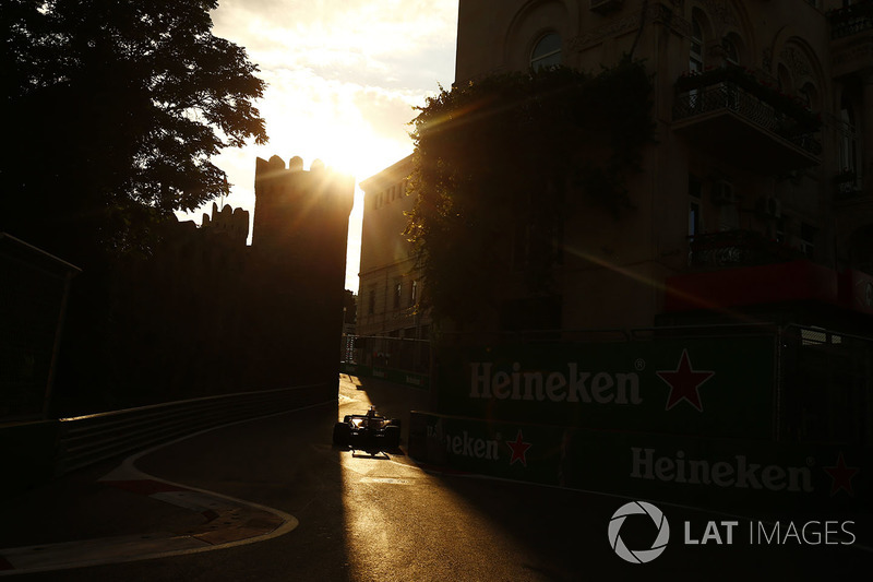 Ein Force India in den engen Gassen von Baku