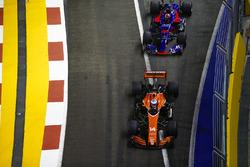 Fernando Alonso, McLaren MCL32, Daniil Kvyat, Scuderia Toro Rosso STR12