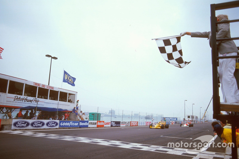 Ayrton Senna, Team Lotus Honda 99T se lleva la bandera a cuadros