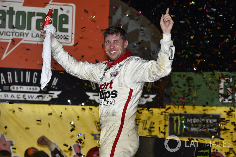 """Em Darlington, Denny Hamlin """"varreu"""" o fim de semana da NASCAR, com triunfos no sábado, pela Xfinity Series, e no domingo, pela Cup."""