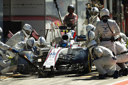 Lance Stroll, Williams FW40, pit stop action