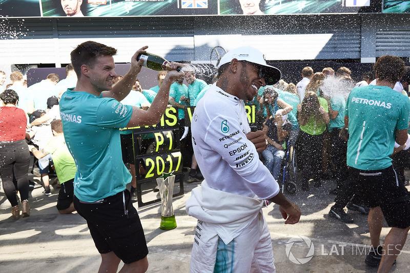 Race winner Lewis Hamilton, Mercedes AMG F1, the Mercedes team celebrate victory