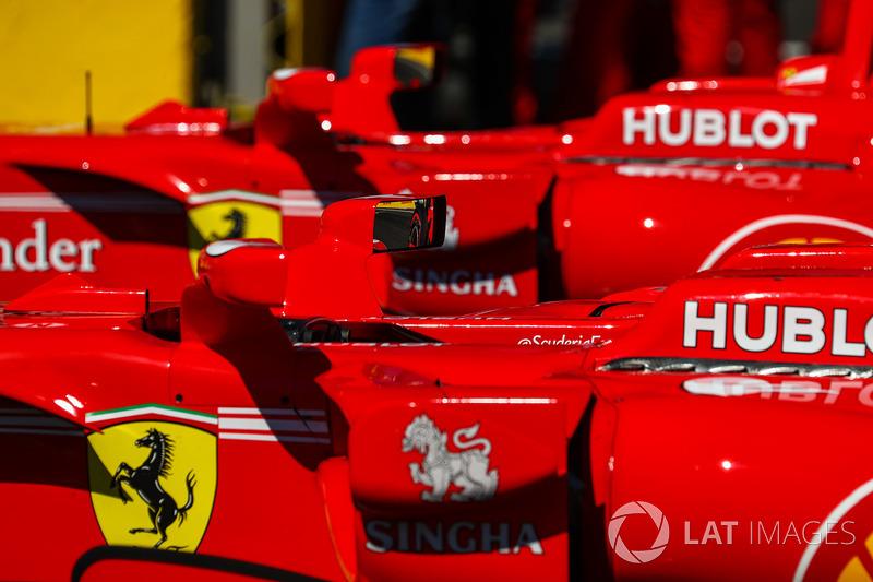 Боліди Себастьяна Феттеля, Ferrari SF70H та Кімі Райкконена, Ferrari SF70H у  закритому парку