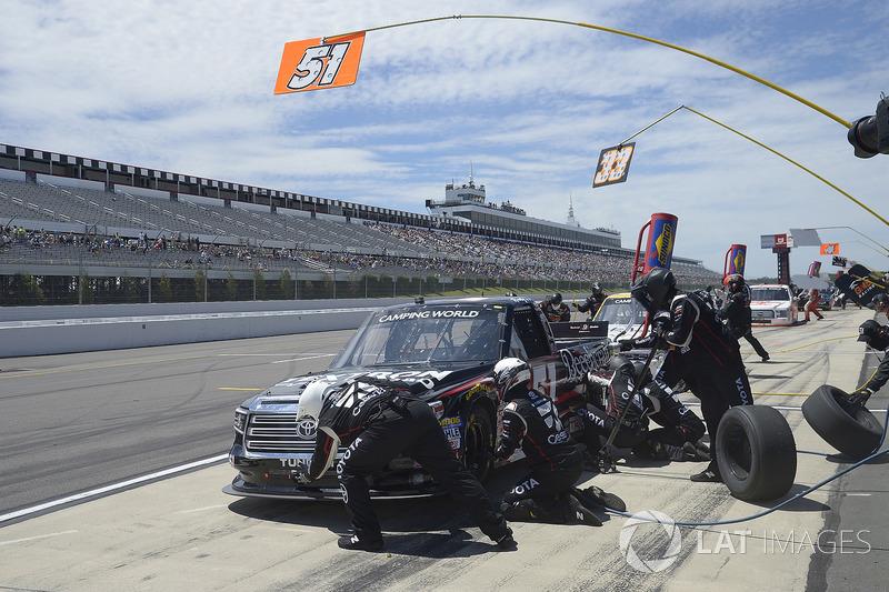 Kyle Busch, Kyle Busch Motorsports Toyota,  pit stop