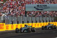 Valtteri Bottas, Mercedes-Benz F1 W08 Hybrid, Lewis Hamilton, Mercedes-Benz F1 W08 Hybrid cross the line