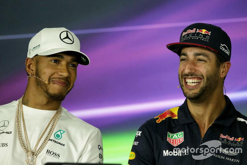 Lewis Hamilton, Mercedes AMG F1 con Daniel Ricciardo, Red Bull Racing