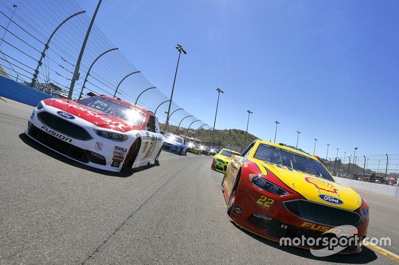 Joey Logano, Team Penske Ford y Ryan Blaney, Wood Brothers Racing Ford