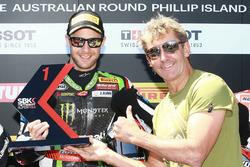 Jonathan Rea, Kawasaki Racing, reçoit le trophée de la Superpole des mains de Troy Bayliss
