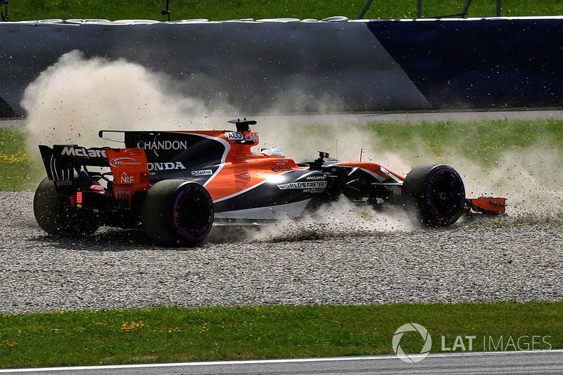 Фернандо Алонсо, McLaren MCL32, повертається у гравії