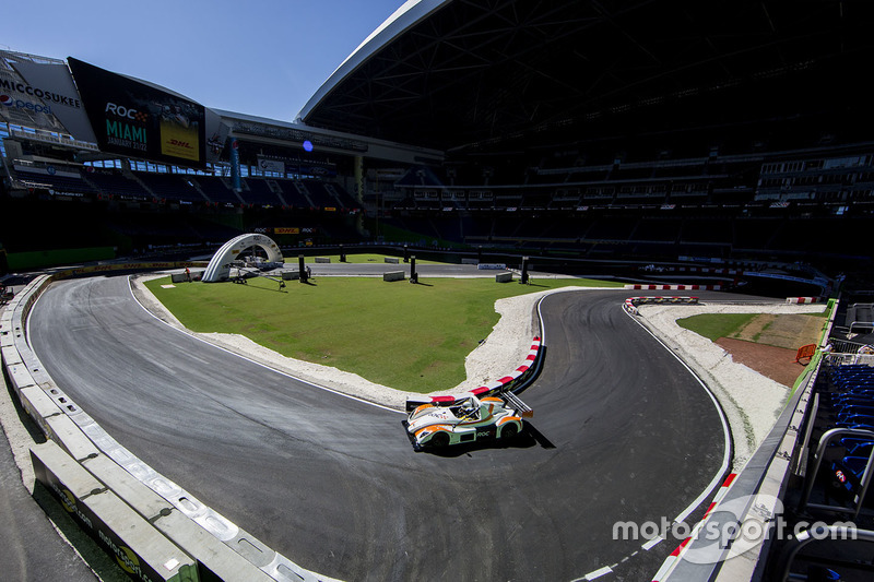 Juan Pablo Montoya maneja el Radical SR3 RSX