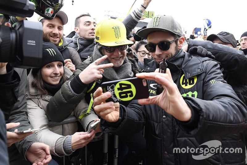 Valentino Rossi met fans
