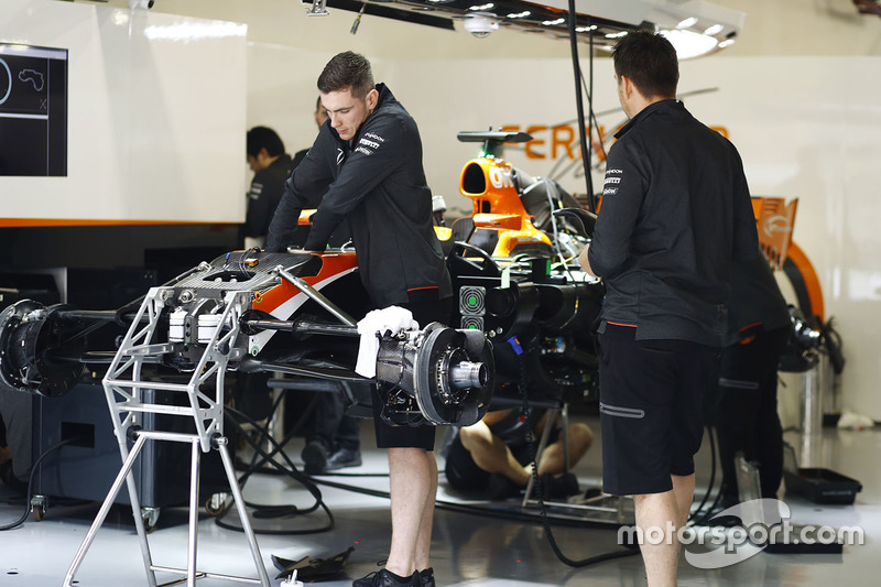 McLaren-Mechaniker be der Arbeit