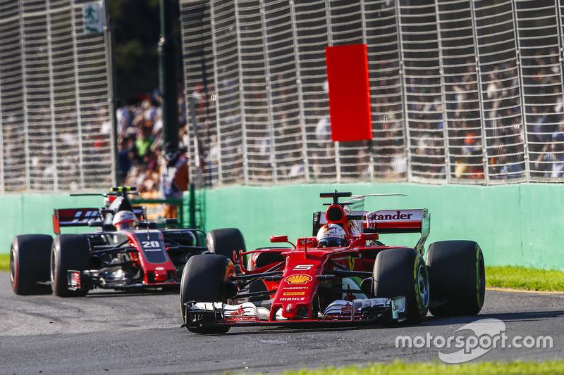Sebastian Vettel, Ferrari SF70H, y Kevin Magnussen, Haas F1 Team VF-17