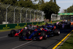 Carlos Sainz Jr., Scuderia Toro Rosso STR12, devant Romain Grosjean, Haas F1 Team VF-17