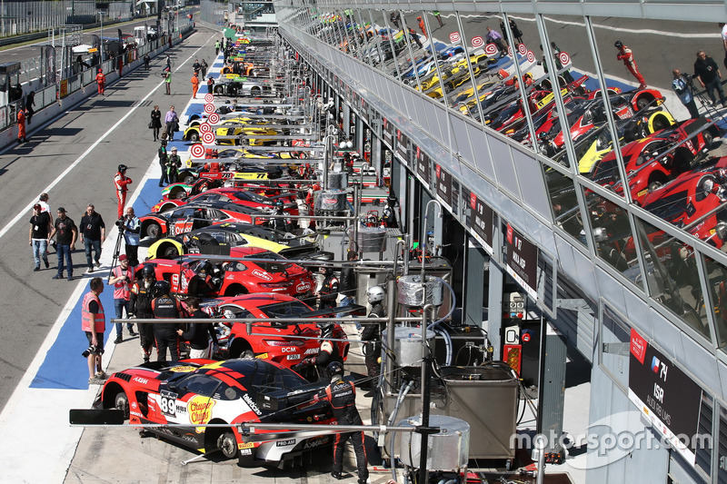 Atmosphere at the pitlane