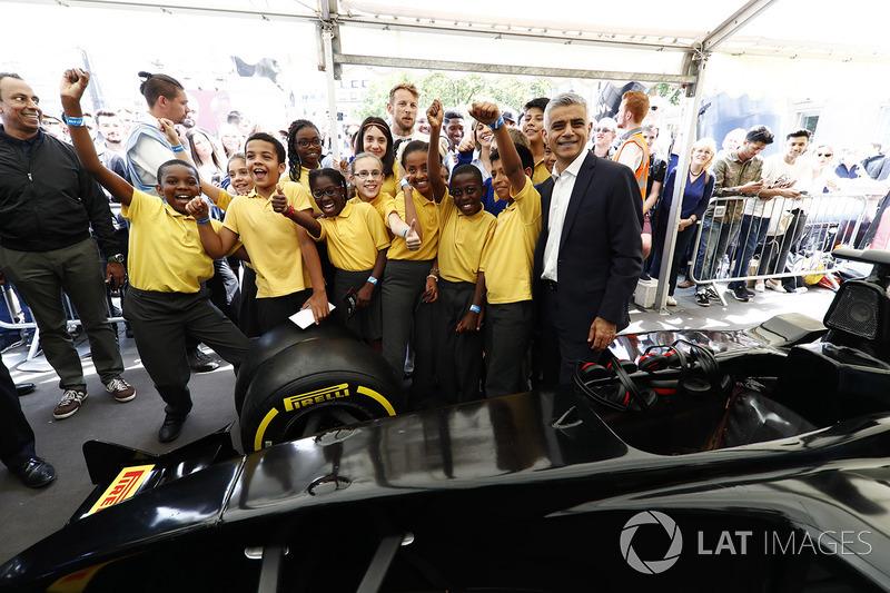 Sadiq Khan, Wali kota London, bersama anak-anak yang mengikuti tantangan Pit Stop