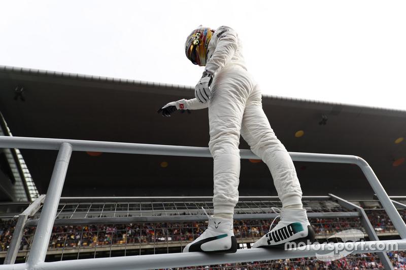 Il poleman Lewis Hamilton, Mercedes AMG, festeggia nel parco chiuso