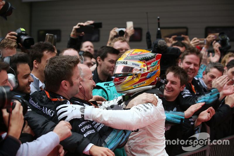 Sieger Lewis Hamilton, Mercedes AMG, feriert im Parc Ferme mit dem Team