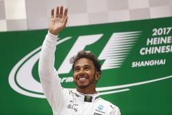 Lewis Hamilton, Mercedes AMG, fête sa victoire sur le podium