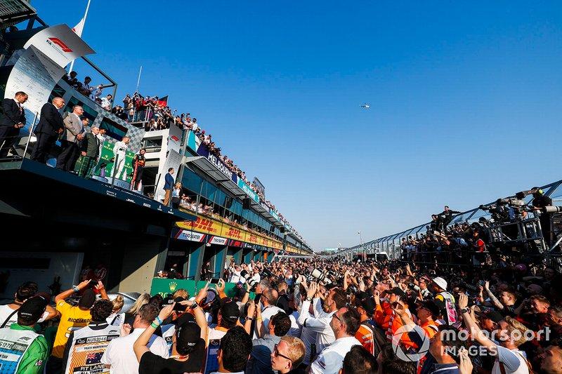 Il vincitore Valtteri Bottas, Mercedes AMG F1, Lewis Hamilton, Mercedes AMG F1 e Max Verstappen, Red Bull Racing sul podio