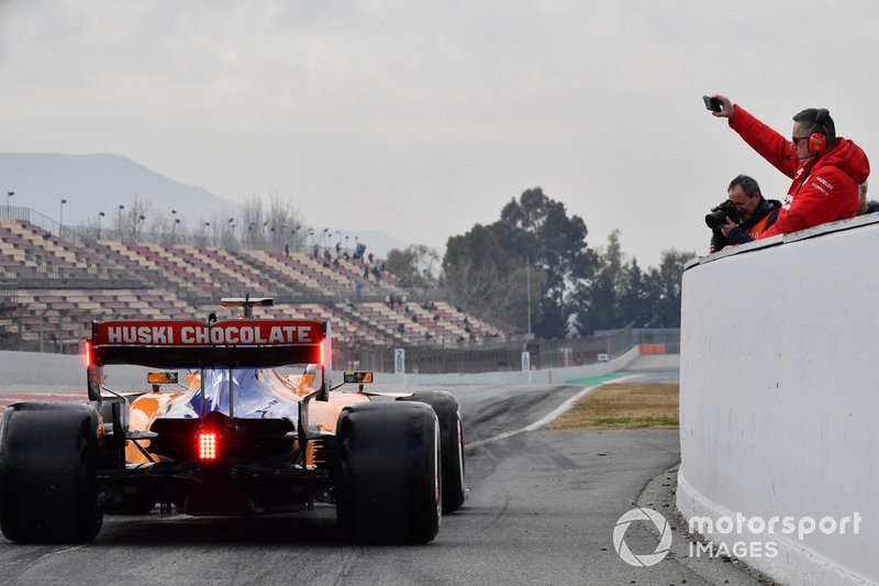 Personale Ferrari fotografa Lando Norris, McLaren MCL34 alla fine della pit lane