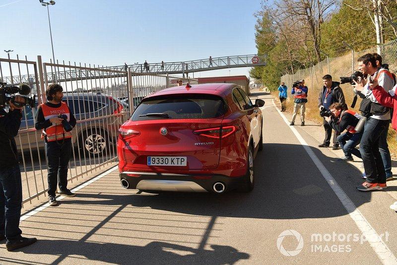 L'Alfa Romeo Stelvio lascia il Centro Medico superando i fotografi