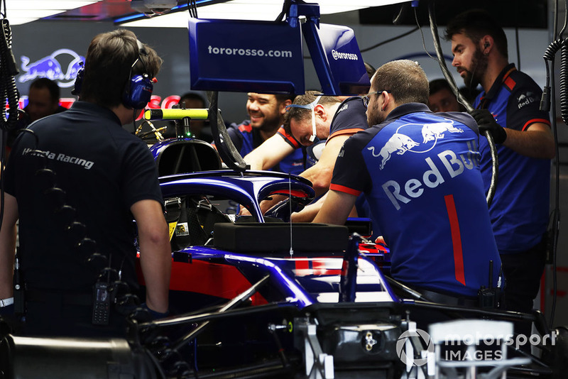 Trabajos de mecánica en el coche de Pierre Gasly, Scuderia Toro Rosso STR13 en el garaje.