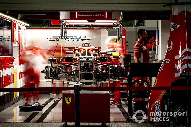 Los ingenieros trabajan en el auto de Sebastian Vettel, Ferrari SF71H, en el garaje