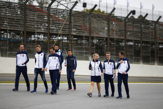 Sergey Sirotkin, Williams Racing, walks the circuit with colleagues