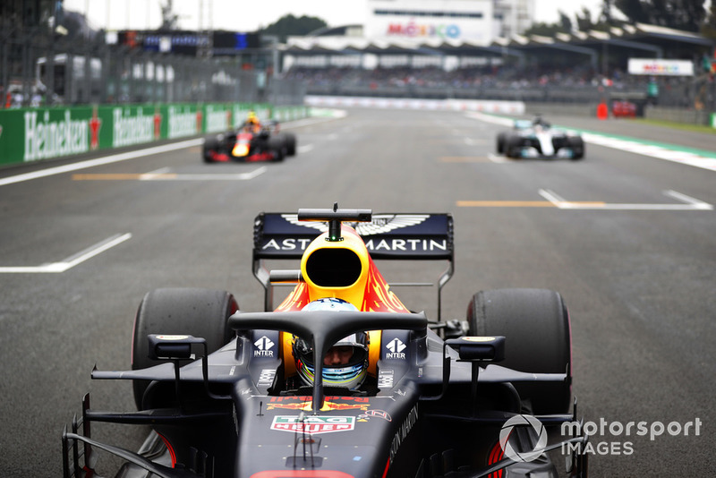 Daniel Ricciardo, Red Bull Racing RB14, celebra después de tomar la Pole Position con Max Verstappen, Red Bull Racing RB14 y Lewis Hamilton, Mercedes AMG F1 W09 EQ Power +