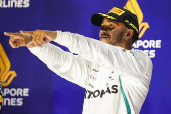 Lewis Hamilton, Mercedes AMG F1, 1° classificato, festeggia sul podio