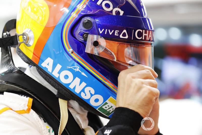 Fernando Alonso, McLaren kaskını takıyor
