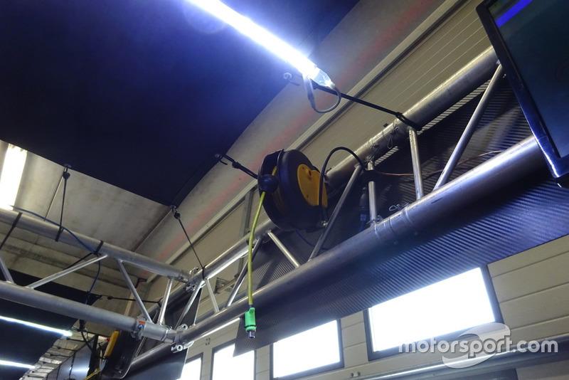"""Tech 3 Yamaha garázsbejárás, Cseh GP, Brno - az a bizonyos kábel, melyen minden információt """"lehalásznak"""" a motorról"""