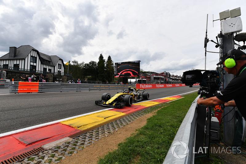 Carlos Sainz Jr., Renault Sport F1 Team R.S. 18 and cameraman