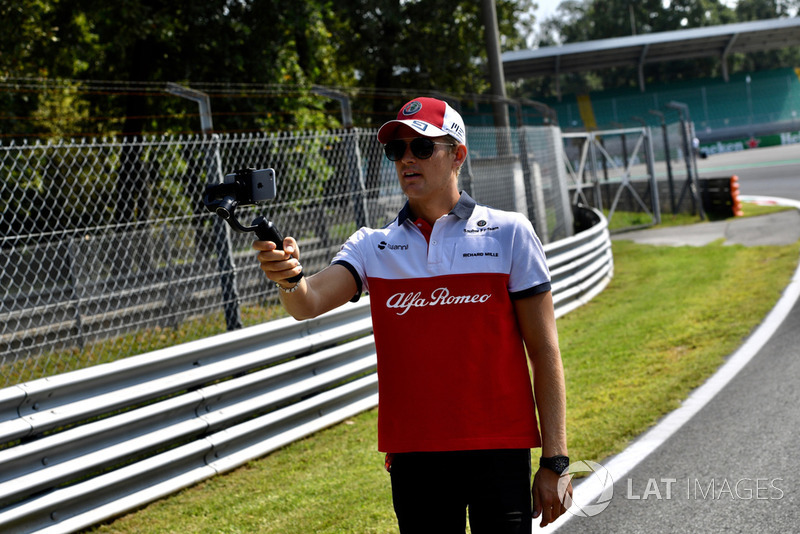 Marcus Ericsson, Sauber talking selfie on the track walk