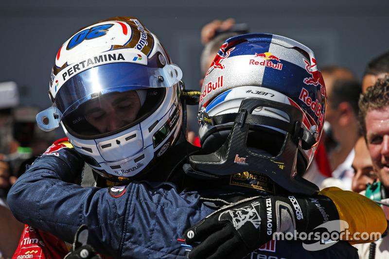 Segundo lugar Pierre Gasly, PREMA Racing felicita al ganador Antonio Giovinazzi, PREMA Racing
