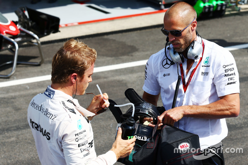 Nico Rosberg, Mercedes AMG F1 con Daniel Schloesser, fisioterapista Mercedes AMG F1 ai box mentre l