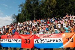 Фанаты с баннерами для Макса Ферстаппена, Red Bull Racing
