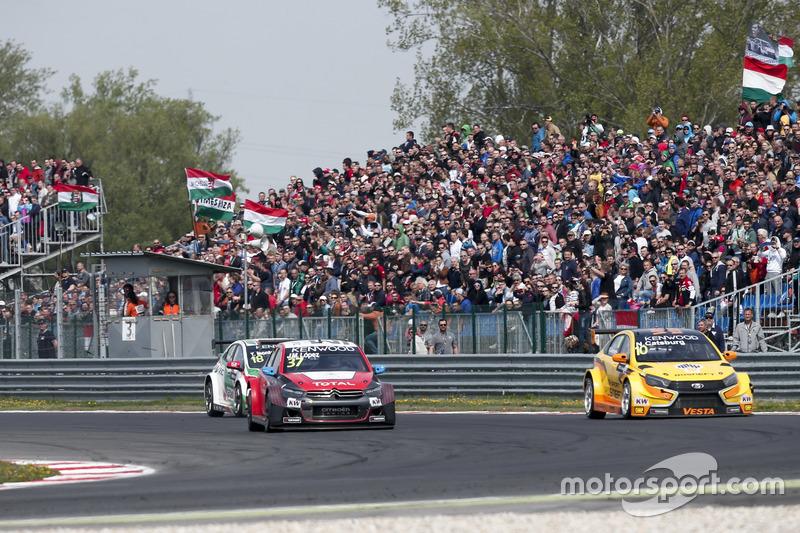 Хосе-Марія Лопес, Citroën World Touring Car Team, Citroën C-Elysée WTCC; та Нікі Катсбург, LADA Sport Rosneft, Lada Vesta;
