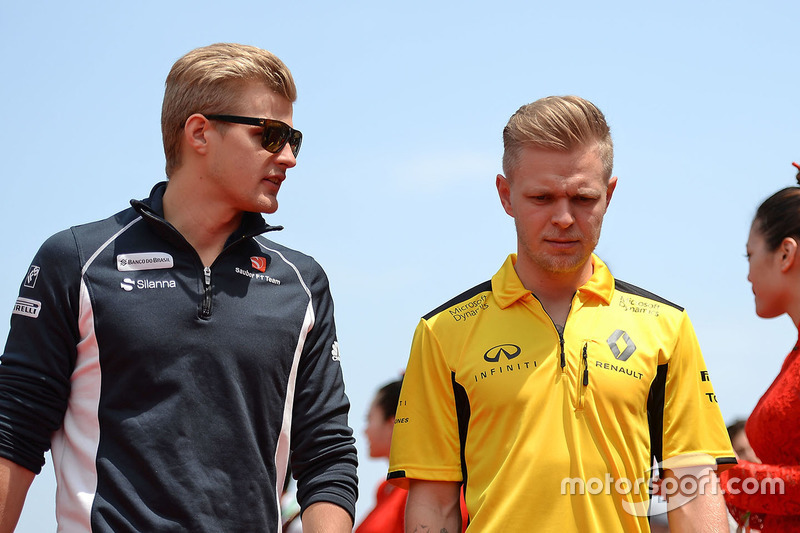 Marcus Ericsson, Sauber and Kevin Magnussen, Renault Sport F1 Team on the drivers parade
